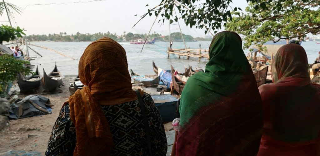 Women waits for their husbands in Kochin port.